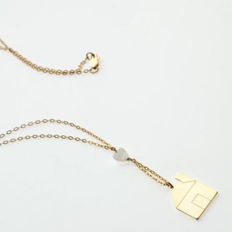 <p>Collar con cadena de Gold Filled, con adorno de corazón de nacar y casita chapada en oro de 18k.</p> <p>Largo aproximado: 45cm</p>