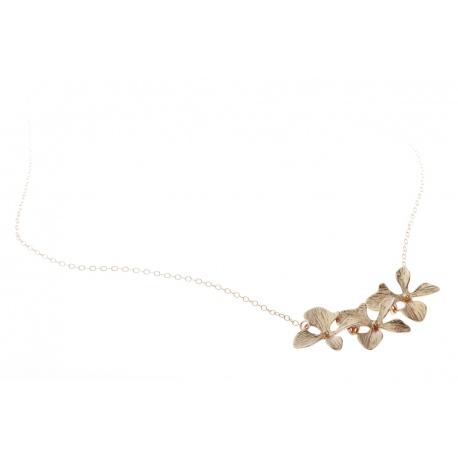 <p>Gargantilla de Gold Filled (40cm aprox.) con tres flores orquídea chapadas en oro de 18k.</p>