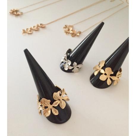 <p>Anillo articulado de flores de latón chapado en oro de 18k.</p> <p>Medida estandar, talla 12 aproximada. Contactar para seleccionar otros tamaños!</p> <p>También disponible en oro mate o rodio.</p>