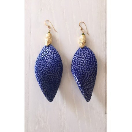 <p>Leaf-shaped earring lined with stingray fish skin in blue, with 18k gold-plated snake head ornament and Gold Filled hook</p> <p>Limited edition, check availability of colors.</p>