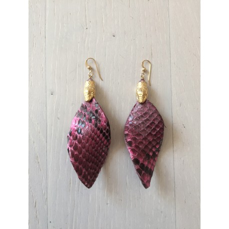 <p>Leaf-shaped earring lined</p> <p>Leaf-shaped earring lined with stingray fish skin in fucsia, with 18k gold-plated snake head ornament and Gold Filled hook</p> <p></p>