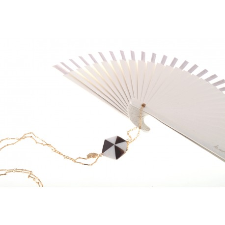 <p>Hand made in Spain white lacquered wooden fan (15cm) with 18k gold plated  chain and mother of pearl piece in black and white. </p> <p>Aprox. length: 70cm</p> <p>You can make your own design!. Make the combinations to your taste, choose fan color, chain, adornment ... Or personalized with an initial, a name, a date ... contact us!</p>