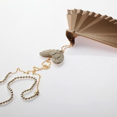 <p>Abanico artesano de madera lacado en oro (16cm), cadena de latón chapada en oro de 18ky perlas esmaltadas de Mallorca. Adorno de Mariposa.<br />Largo aproximado: 70cm.</p>