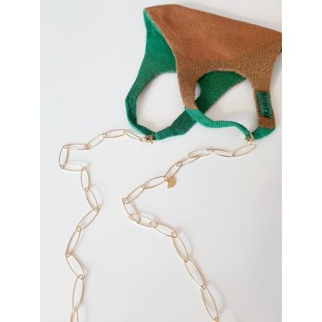 <p>Nuevo imprescindible!</p> <p>Cadena de eslabones chapada en oro de 18k con dos mosquetones para enganchar a la mascarilla, que puede utilizarse de collar. Viene con accesorio para convertirlo también en cuelga gafas. ¡Tres en uno!</p> <p>Largo de cadena: 80cm</p>