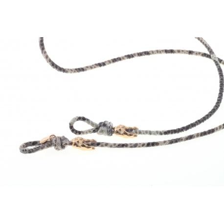 <p><span>Práctico collar para cualquier tipo de gafa.</span><br /><br /><span>Cordón depiel con textura(3mm), con adorno de cabezas de cocodrilo (o calaveras) chapadas en oro de 18k.</span><br /><br /><span>Largo aproximado: 88cm</span><br /><br /><span>Disponible en más colores. Adorno de cabeza de cocodrilo o calavera, disponible también chapado en plata de ley. ¡Consúltanos!</span></p>