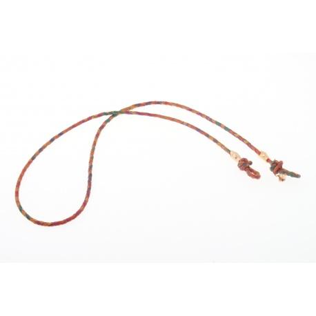<p><span>Práctico collar para cualquier tipo de gafa.</span><br /><br /><span>Cordón de delicada napa fina trenzada multicolor (4mm), con adorno de cabezas de serpiente chapadas en oro de 18k.</span><br /><br /><span>Largo aproximado: 88cm</span><br /><br /><span>Disponible en más colores. Adorno de cabezaserpiente disponible también chapado en plata de ley.¡Consúltanos!</span></p>