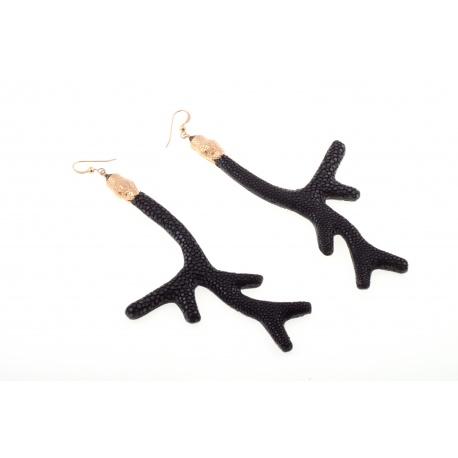 <p>Pendiente en forma de coral forrado de piel de pez manta raya en color negro, con adorno d.e cabeza de serpiente chapada en oro de 18k y gancho de Gold Filled</p> <p>Serie limitada, consulta disponibilidad de colores.</p>