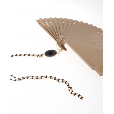 <p>Gold lacquered fan, golden brass chain with Swarovski crystals and agathe stone.</p> <p>Aprox. length: 70cm</p> <p><span>You can make your own design!. Make the combinations to your taste, choose fan color, chain, adornment ... Or personalized with an initial, a name, a date ... contact us!</span></p>