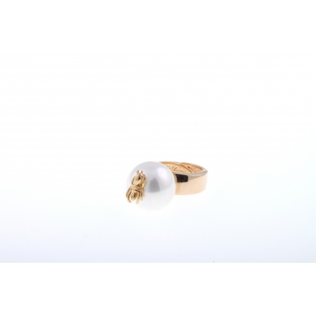 <p>18k gold plated ring with enameled mallorcan pearl . 18k gold plated ant charm.</p> <p>Available in black. Adaptable size.</p>