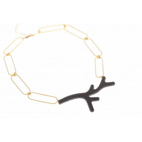 <p>Collar con forma de coral forrada de piel manta raya negra y cadena de eslabones alargados chapada en oro de 18k. (Largo ajustable)</p> <p>Edición limitada. Consulta disponibilidad de colores.</p>