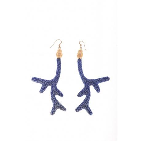 <p>Pendiente en forma de coral forrado de piel de pez manta raya en color azul, con adorno de cabeza de serpiente chapada en oro de 18k y gancho de Gold Filled</p> <p>Ediciónlimitada, consulta disponibilidad de colores.</p>