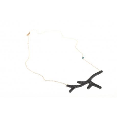 <p><span>Collar con forma de coral forrada de piel de pez manta raya negra y cadenade gold filled con adorno de cristal de Swarovski.(Largo ajustable)</span></p> <p><span>Edición limitada. Consulta disponibilidad de colores.</span></p>