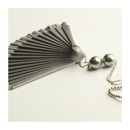 <p>Hand made in Spain silver  lacquered wooden fan (16cm) with rhodium plated brass chain and small Majorcan grey pearls.  Adorned with two grey enamelled mallorcan pearls separated by a rhinestone string.</p> <p>Aprox. length: 70cm</p> <p><span>You can make your own design!. Make the combinations to your taste, choose fan color, chain, adornment ... Or personalized with an initial, a name, a date ... contact us!</span></p>