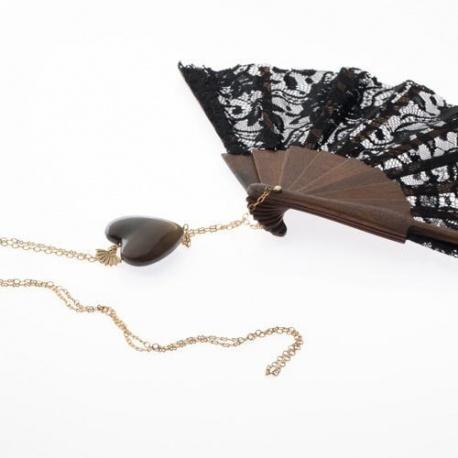 <p>Abanico artesano de madera y encaje negro (16cm), cadena de latón chapada en oro de 18k. Adorno de corazón de asta.</p> <p>Largo aproximado: 70cm</p> <p></p>