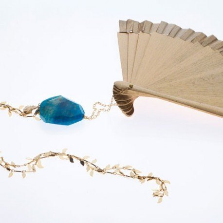 <p>Hand made in Spain gold lacquered wooden fan (16cm) with golden leaves chain and agate in blue.</p> <p>Aprox. length: 70cm</p> <p><span>You can make your own design!. Make the combinations to your taste, choose fan color, chain, adornment ... Or personalized with an initial, a name, a date ... contact us!</span></p>