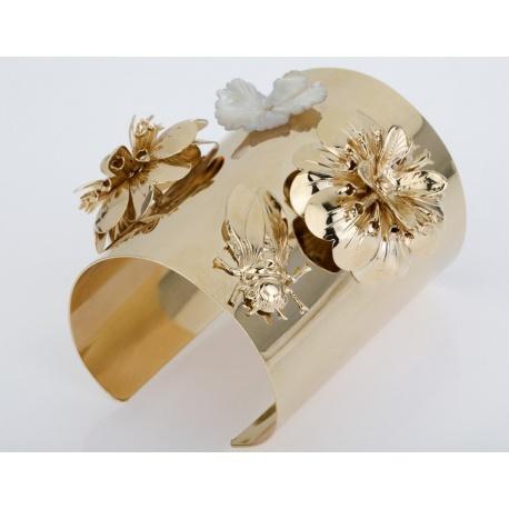 <p>Brazalete de latón XL, con dos flores y bicho, todo chapado en oro de 18k. Flor de nácar.</p>