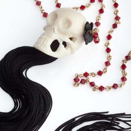 <p>Collar extralargo, con cadena de cristales de swarovski en rojo, calavera de hueso tocada con flor de agata negra. Flecos de seda negros (fácilmente recortable para adaptar el largo a tu propio estilo).<br />Largo aproximado: 87cm</p>