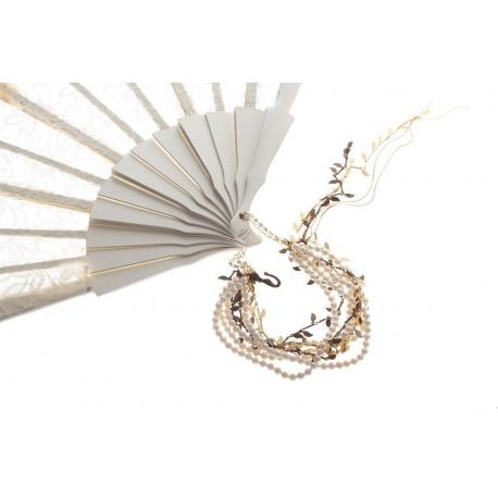 <p>Espectacular Abanico artesano español grande, de mano, de madera lacada en blanco con encaje y blonda crema, sujeto en este caso a una pulsera compuesta por cadenas de hojitas perlas de Mallorca( cadenas de latón con baño antialérgico, flash de oro de 18k).<br />Con adorno de flor blanca de nacar y cierre en forma de sirena para ajustar más la pulsera a la muñeca.</p>