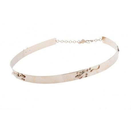 <p>Cinturón rígido de latón, con flash de oro de 18k, adornado con cuatro lagartos.</p>