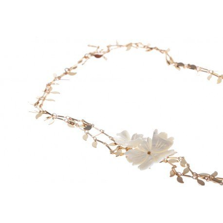 <p>Doble leaves chain necklace, with gold plated flash, adorned with two carved m.o.p. flowers</p>