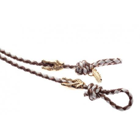 <p><span>Práctico collar para cualquier tipo de gafa.</span><br /><br /><span>Cordón de delicada napa fina trenzada blanco y avellana (3mm), con adorno de cabezas de cocodrilo chapadas en oro de 18k.</span><br /><br /><span>Largo aproximado: 88cm</span></p> <p>Disponible en más colores. Adorno de cabeza de cocodrilo o calavera, disponible también chapado en plata de ley.¡Consúltanos!</p>
