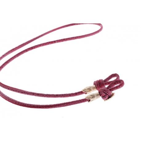 <p><span>Práctico collar para cualquier tipo de gafa.</span><br /><br /><span>Cordón de fina napa texturizada en rojo, de 4mm de grosor,<span>y adorno de cabezas de serpiente chapadas en oro de 18k.</span></span><br /><br /><span>Largo aproximado: 88cm</span><br /><br /><span>Disponible en más colores. Disponible también chapado en plata de ley.¡Consúltanos!</span></p>