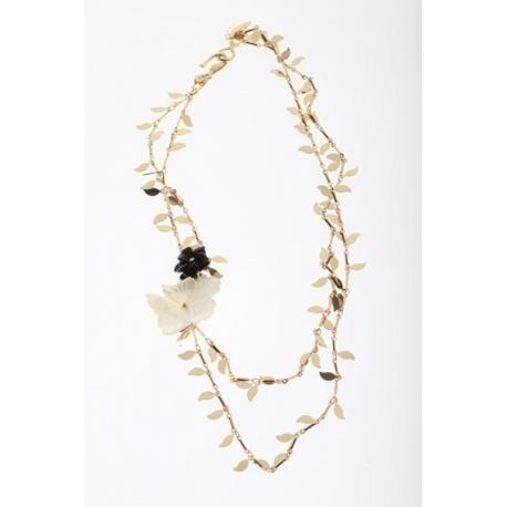 <p><span>Collar con cadenas de hojitas (latón con flash de oro de 18k), y adornos de flor de nacar y flor de ágata negra.</span></p>