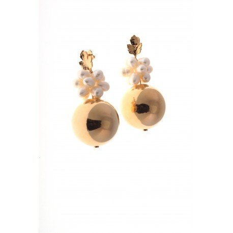 <p>Earrings with freshwatterpearls and 18k gold plated bead.</p> <p></p>