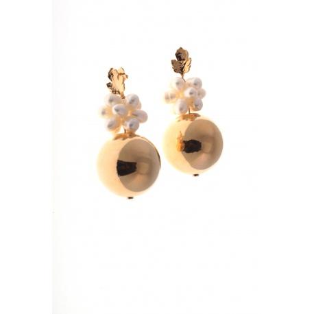 <p>Pendiente con racimo de perlas de río, y bola chapada en oro de 18k.</p> <p></p>