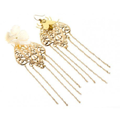 <p>18k Gold Plated earrings (Gold Filled hook) with long chains in asimetric design, fly and m.o.p. flower.</p>