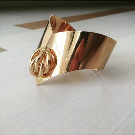 <p>18k gold plated bracelet with tubular figure.</p>