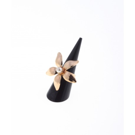 <p><span>18k gold plated brass Daisy shaped ring,  adorned with a Majorcan pearl. Adjustable to anu size.</span></p>