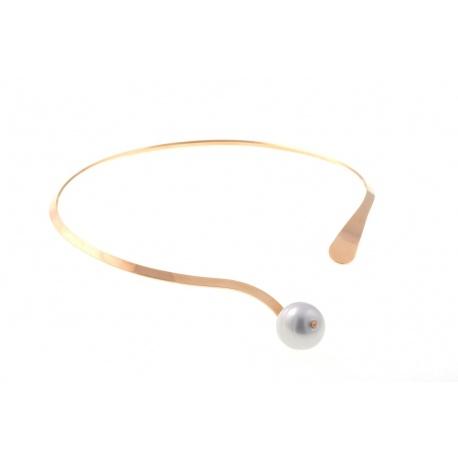 <p><span>Gargantilla rígida de latón chapada en oro de 18k con adorno de perla barroca de Mallorca. El cierre es frontal, ¡y puede llevarse abierto o cerrado!</span></p>