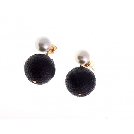 <p>Majorcan pearl earring with black snake skin ball.</p>