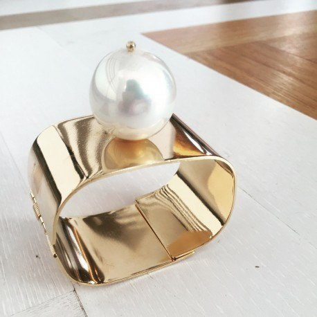 <p>18k gold plated brass bangle with one Majorcan pearl. You can choose the size of the pearl: small (18mm) or big (25mm).</p>