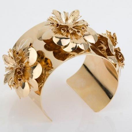<p>Brazalete XL con tres flores, de latón chapado en oro de 18k.También disponible en baño de oro roso de 18k o baño en plata de ley.</p>