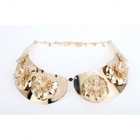 """<p>Collar gargantilla en forma de """"cuello"""", adornado con flores y bichos. Latón chapado en oro de 18k.</p>"""