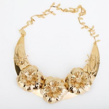 """<p>Collar XL con base de latón en forma de media luna, con adorno de flores y """"bichos"""". Cierre de sirena con dos posiciones. Todo chapado en oro de 18k.</p>"""
