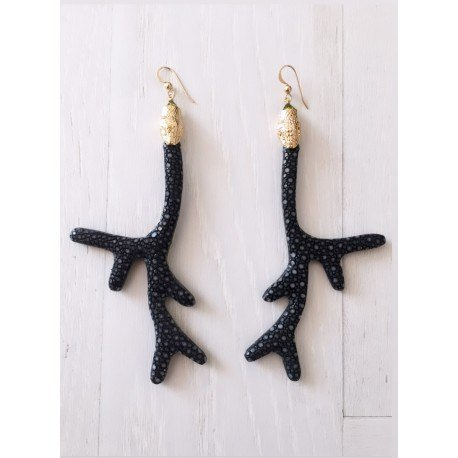 <p>Coral-shaped earring lined with stingray fish skin in black, with 18k gold-plated snake head ornament and Gold Filled hook</p> <p>Limited edition, check availability of colors.</p>